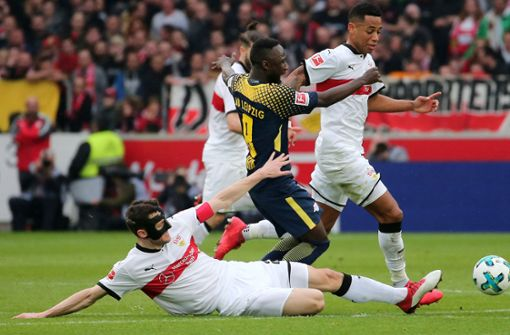 Gemeinsam verteidigen lautet das Motto des VfB Stuttgart. Foto: Baumann