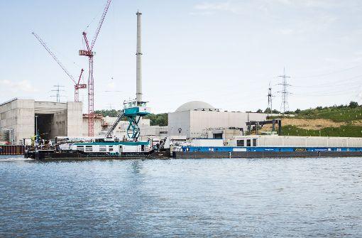 Zur Vorbereitung des nächsten Transports von hoch radioaktivem Atommüll auf dem Wasser hat in Neckarwestheim ein Spezialschiff mit Kurs Obrigheim abgelegt. (Symbolbild) Foto: dpa