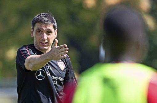 VfB-Trainer Korkut tritt mit seiner Mannschaft im DFB-Pokal gegen Rostock an. Foto: dpa