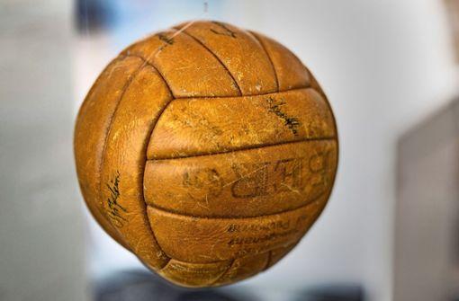 Diesen Ball nahm Otto Baitinger nach dem Endspiel um die Deutsche Meisterschaft 1952 mit nach Hause. Der VfB hatte 3:2 gegen Saarbrücken gewonnen, Baitinger schoss zwei Tore.   Foto: Lichtgut/Christoph Schmidt