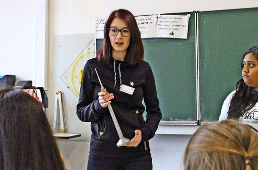 """Daniela Drotziger berichtet anlässlich der Aktion """"Let's Talk About...Berufe"""" in der Schloss-Realschule aus ihrem Berufsalltag als Mechatronikerin. Foto: Tilman Baur"""