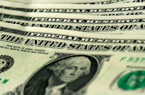Scheine flattern aus Geldtransporter