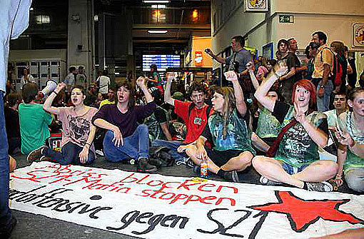 Friedlich, aber lautstark melden sich am Samstag die Gegner von S 21 zu Wort. Foto: Beytekin