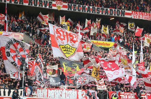 Erleben Sie ein Erstligaspiel des VfB Stuttgart: Wer in Stuttgart wohnt, muss auch bruddeln können wie ein Schwabe. Dabei hilft ein Stadionbesuch ungemein. Danach kennen Sie zumindest den Unterschied zwischen Halb- und Volldackel. Falls nicht, einfach den Nebenmann fragen. Und das mit der ersten Liga, nun ja, ist in Arbeit. Foto: Bongarts