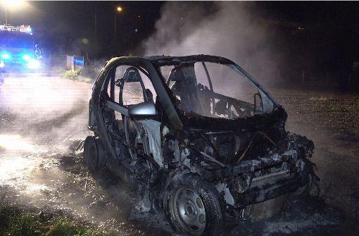 Wahrscheinlich aufgrund eines technischen Defekts ist ein Smart in Esslingen völlig ausgebrannt. Foto: 7aktuell.de/Alexander Hald