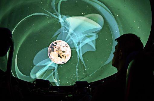Im Planetarium kann man sich ganz entspannt in seinem Sitz zurücklehnen und den Sternenhimmel an sich vorbei ziehen lassen. Foto: dpa