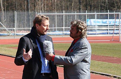 """Guido Buchwald, hier bei Dreharbeiten für die Videoserie Bruno sieht rot in der vergangenen Saison, trainiert die Stuttgarter Kickers nur interimsweise. Immer wieder ist beim Anforderungsprofil von einem """"Konzepttrainer"""" die Rede, der die Kickers vor ... Foto: Henrik Lerch"""