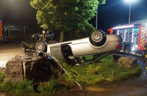 Der Audi des 25-Jährigen prallte gegen einen Stein und überschlug sich. Foto: SDMG