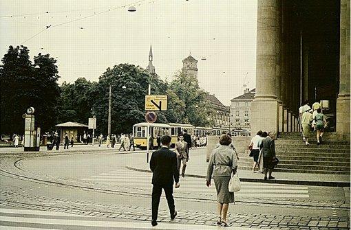 Pflastersteine, Straßenbahn und Säulen mit Geschichte: Dieses Leserfoto zeigt den Schlossplatz mit dem Königsbau im Jahr 1958. Foto: Thomas