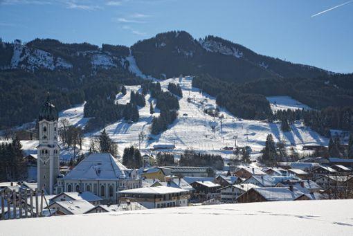 Der winterliche Luftkurort Nesselwang mit dem Familienskigebiet der Alpspitzbahn im Hintergrund  Foto: Nesselwang Marketing GmbH