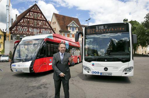 Der Esslinger Finanzbürgermeister Ingo Rust stellt das neue Nachtbusangebot vor. Foto: Horst Rudel