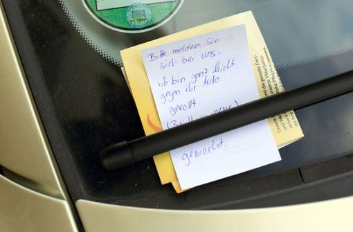 Vor dem Gesetz reicht der Zettel an der Windschutzscheibe nach einem Unfall nicht aus. (Symbolfoto) Foto: dpa