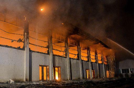 Die brennende Sporthalle in Nauen (Brandenburg). Im Prozess um den Brandanschlag von Nauen fordert die Staatsanwaltschaft lange Haftstrafen. Foto: Julian Stähle/dpa