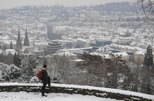 Ein Mann blickt auf das schneebedeckte Stuttgart. Kurz vor dem ersten Adventswochenende sind die Temperaturen gefallen - und mit ihnen die ersten Schneeflocken auch in Stuttgart. Wie Sie sich winterfest machen, erfahren Sie in unserer bBildergalerie/b. Foto: dpa