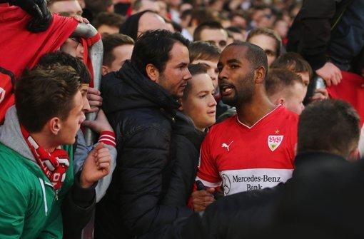 Nach der Niederlage gegen Hertha unterhält sich Cacau mit Fans. Wie er und die anderen Profis sich geschlagen haben, erfahren Sie in unserer Bildergalerie. Klicken Sie sich durch die Noten für die Roten. Foto: Bongarts