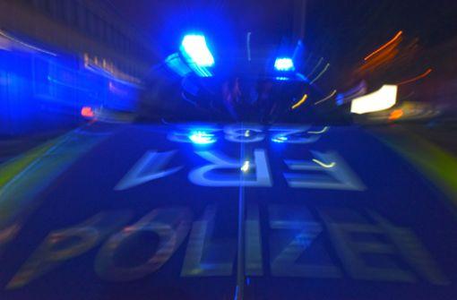 Unbekannter wirft Stein von Brücke und verletzt Kind