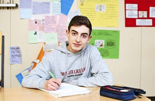 Mario ist über dem Berg und kaum wiederzuerkennen: Der 16-Jährige  drückt  im Wirtemberg-Gymnasium wieder die Schulbank. Foto: Sebastian Steegmüller