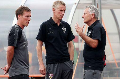 VfB-Coach Wolf, Sportchef Schindelmeiser, Präsident Dietrich (v.li.): Gesprächsbedarf Foto: Baumann