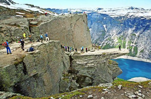 Einsam ist anders: Die Trollszunge in Norwegen ist ein begehrter Hotspot geworden. Foto: Photothek