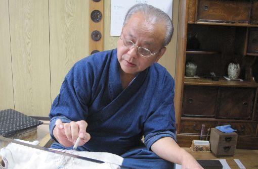 Der Meister bei der Arbeit: Yoshihiko Usuki peppt ein  altes japanisches Schwert wieder auf. Das dauert gut zwei Wochen Foto: Gottschalk