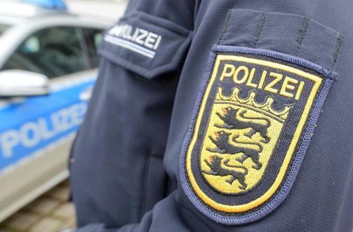 Die Polizei sucht zwei Männer, die einen bewusstlosen Passanten misshandelten. Foto: dpa