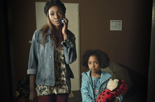 Laras Mutter (Karmela Shako,links) gibt ihre kleine Tochter (Nomie Lane Tucker) bei ihrem Vater ab. Foto:  ZDF