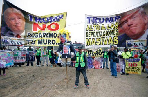 Am Grenzgebiet zu Mexiko äußerten Lateinamerikaner ihren Protest... Foto: AFP