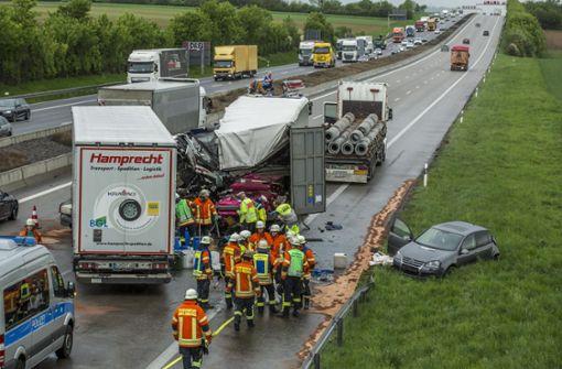 Zwei Lastwagen krachen auf der A 81 ineinander