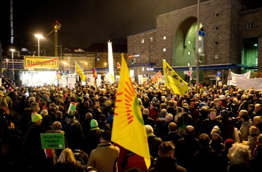 Mit Kerzen, Transparenten und Fahnen feierten sie das Jubiläum des Widerstands gegen den geplanten Tiefbahnhof, der sich im Herbst 2009 formiert hatte. Foto: dpa