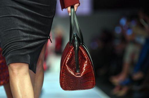 Eine gute Verkäuferin merkt, wenn eine Tasche unterm Wert über die Theke geht. Foto: dpa (Symbolbild)