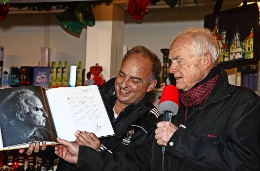 """Hansi Müller mit """"seinen"""" Seiten im Buch """"Stuttgarter Charakterköpfe"""", Rechts: Thomas Zell, der Vorsitzende von Weihnachtsmann & Co.   Foto: Helmut Ulrich"""
