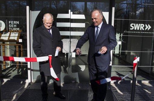 Stuttgarts OB Fritz Kuhn (links) und der SWR-Intendant Peter Boudgoust haben den Fernsehturm feierlich wiedereröffnet. Foto: Lichtgut/Leif Piechowski