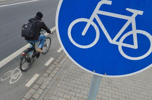 Unbekannte haben auf einem Radweg bei Wendlingen mehrere Verkehrszeichen umgebogen. Foto: dpa