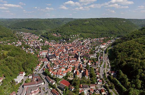 Die Bad Uracher Innenstadt ist geprägt von Fachwerkhäusern und vielen weiteren historischen Gebäuden.  Foto: Städtische Kurverwaltung Bad Urach