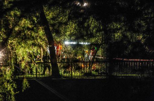 Nachdem ein Fußgänger eine vermeintliche Leiche gemeldet hat, beginnt die Suche am Ufer der Rems in Großheppach (Rems-Murr-Kreis) Foto: SDMG