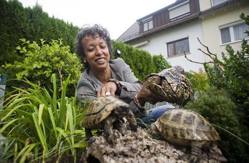 Christin Kern mit ihren Lieblingen: Ein ausgehöhlter Baumstamm ist ein ideales Versteck für die Tiere Foto: Max Kovalenko