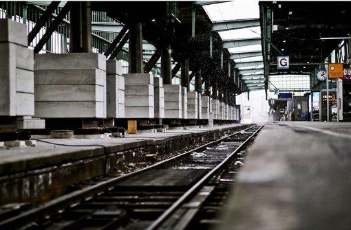 Auch die Abstützung des Hallendachs über den Gleisen schränkt die Kapazität im Bahnhof ein. Foto: Leif Piechowski