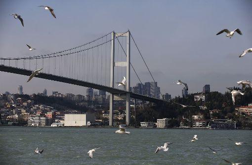 Da der Club direkt am Bosporus liegt, ergriffen etliche Partygäste die Flucht, indem sie unmittelbar ins kalte Wasser sprangen.  Foto: AP