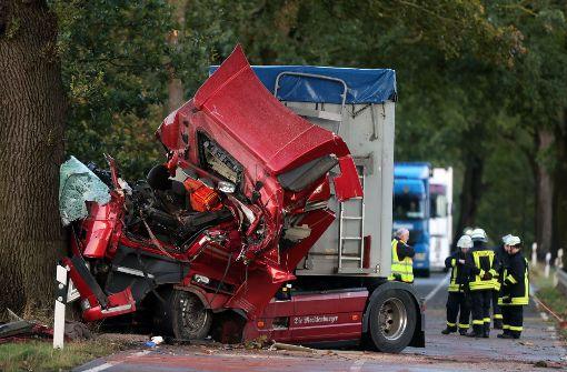 """Das Sturmtief """"Xavier"""" hat in Norddeutschland den Verkehr auf den Straßen und Schienen teilweise zum Erliegen gebracht.  Foto: dpa-Zentralbild"""