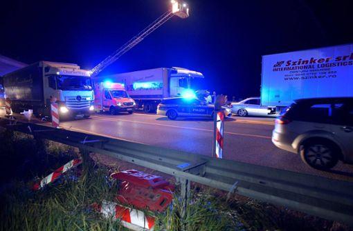 Der Lastwagen war zunächst in den Fahrbahnteiler aus Beton gefahren. Foto: 7aktuell.de/Oskar Eyb