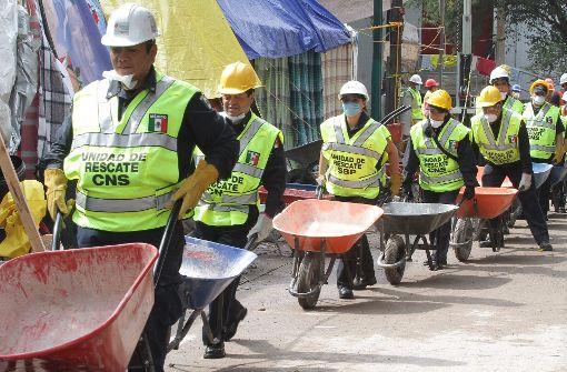 In Mexiko-Stadt suchen zahlreiche Helfer und Rettungskräfte weiter nach Verschütteten. Foto: dpa