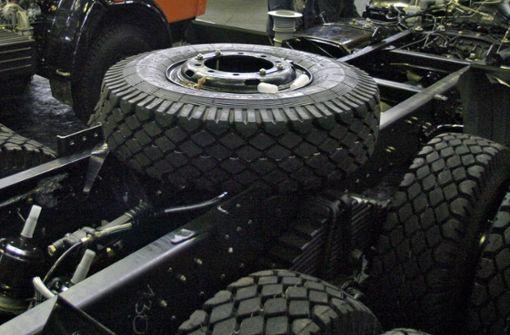 Reifen auf der Straße: Zehn Fahrzeuge beschädigt