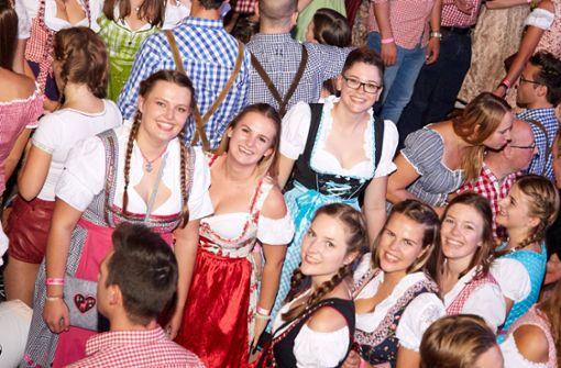 Schick im Dirndl präsentieren sich die Damen im Dinkelacker-Festzelt.  Foto: 7aktuell.de/Amr Moustafa