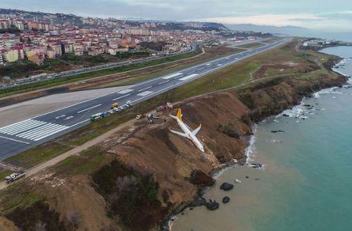 Flugzeug kommt von Landebahn ab und landet fast im Meer