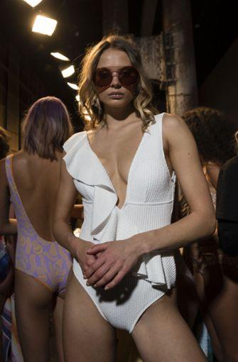 Tiefe Einblicke gewährt dieses Model im weißen Badeanzug.  Foto: Getty Images AsiaPac