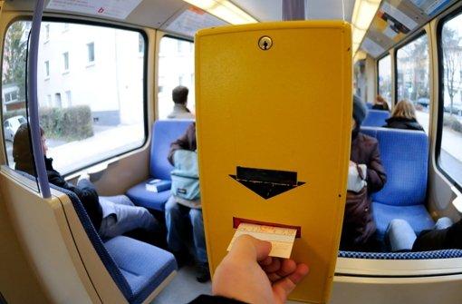 Nicht alles Fahrgäste zahlen ihre Fahrt mit der Stadtbahn – jeder 15. fährt schwarz. Foto: dpa