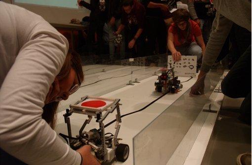Die Schüler und Studenten nutzten für  ihre   Roboter einen  zur Verfügung gestellten Baukasten. Programmieren mussten sie selbst. Foto: Ott