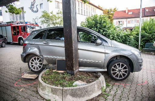 Fahrer wird bewusstlos – Auto erfasst drei Menschen