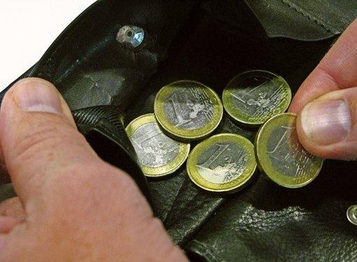Mit nur wenigen Euro  in der Tasche sollte ein Hemminger Rentner Miete, Kaution und Umzug vorstrecken. Foto: dpa