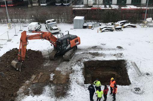 Vier Meter tief ist schon gegraben, dann wird von Hand geschaufelt. Foto: Foto: bin